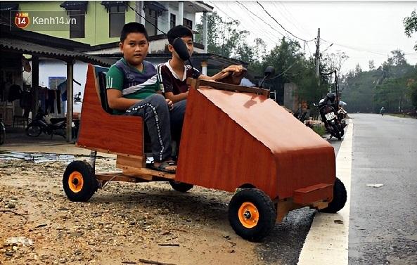 Nam sinh lớp 9 chở các em nhỏ đi học bằng ô tô điện từ gỗ và phế liệu